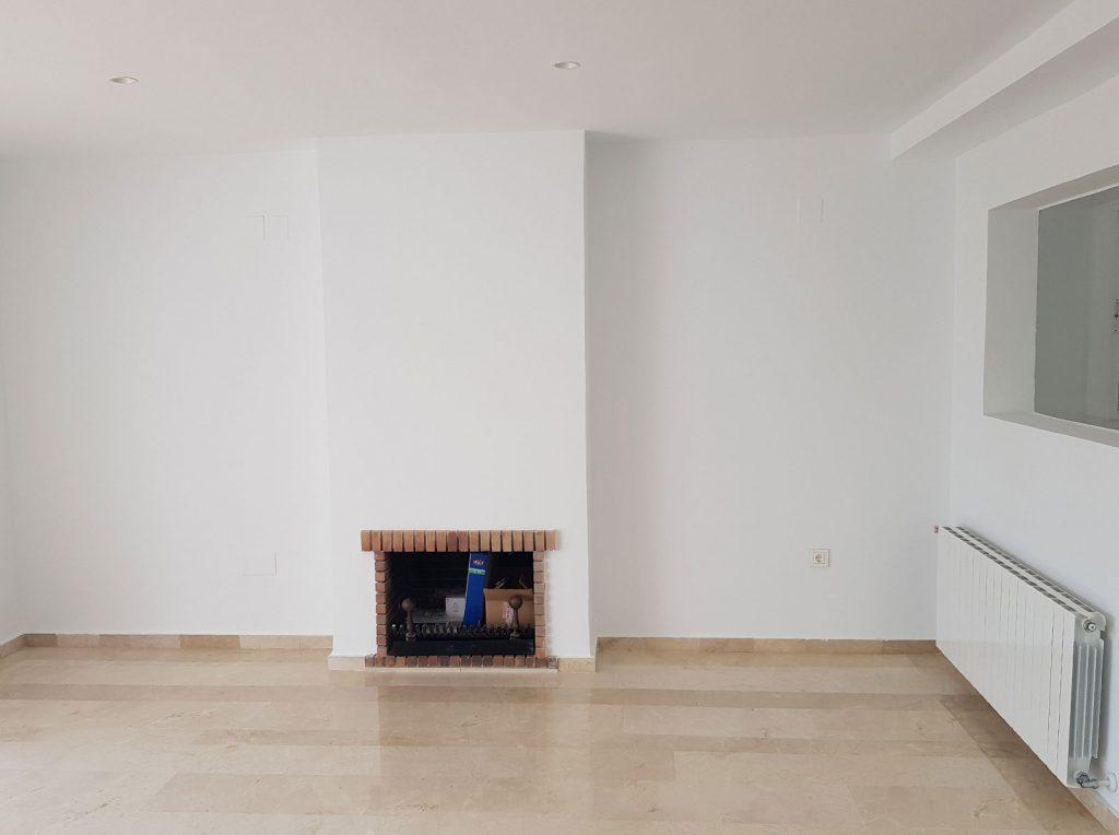 Chimenea de leña en pared blanca