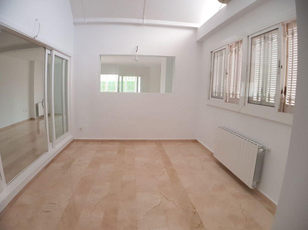 Habitación con radiador y ventanas
