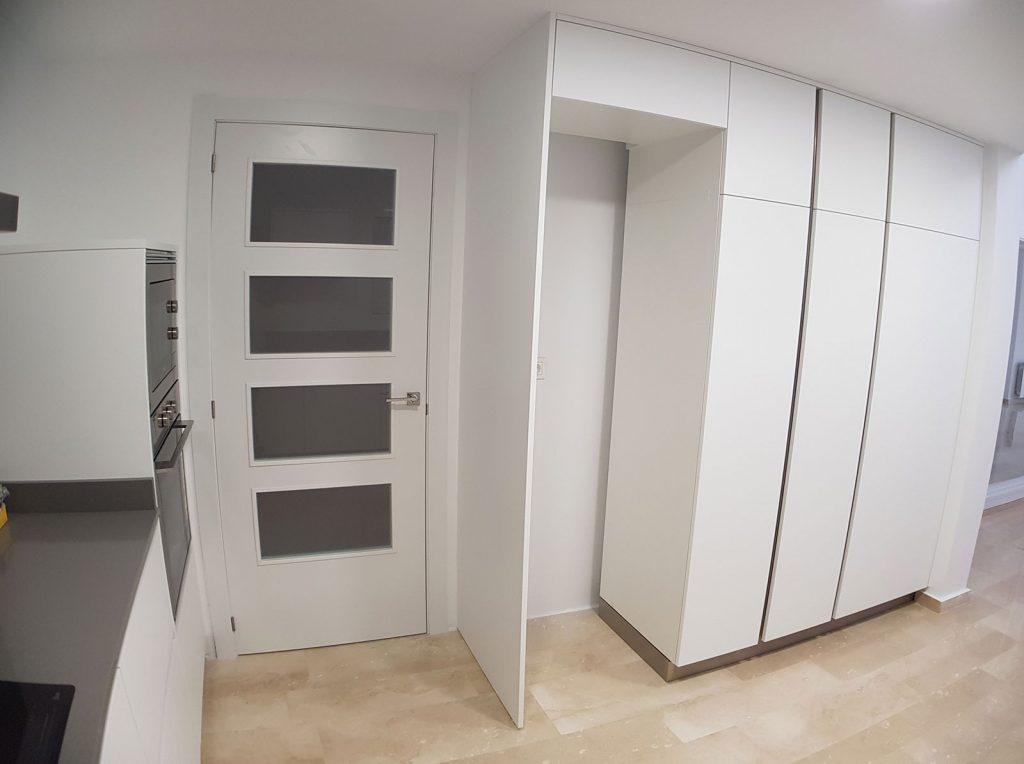 Muebles de la cocina reformada blancos