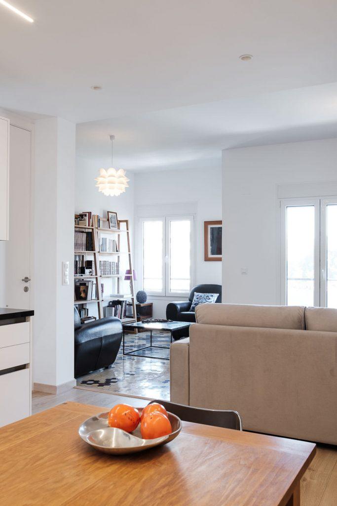 Sala de estar con estanterias y sillones