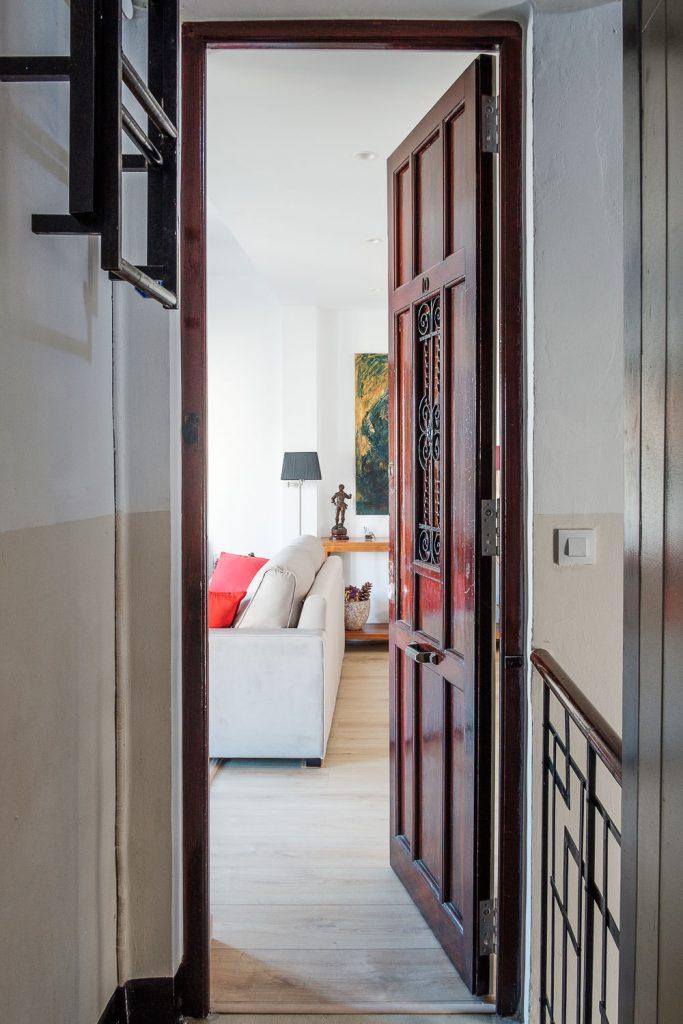 Puerta principal de la vivienda reformada